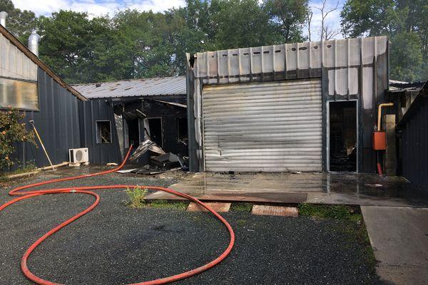 Les quatre bâtiments de la blanchisserie girondine ont été touchés par les flammes.