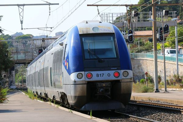Un train a percuté un véhicule sur la voie.