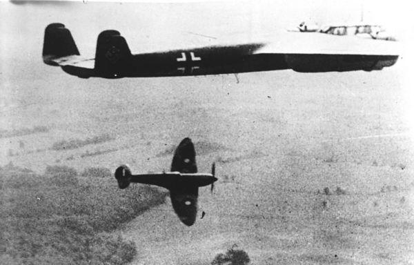 Un Spitfire britannique affrontant un Dornier allemand le 10 décembre 1940.