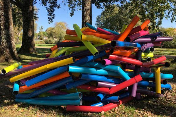Le nid, une compilation de tubes en PVC colorés réalisée par l'Allemand Nico Raddatz.