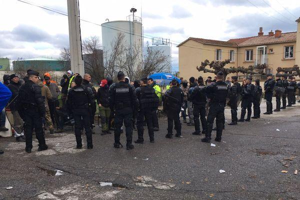 20/11/2018 - Le blocage du dépôt pétrolier de Lucciana (Haute-Corse) par des gilets jaunes a été en partie levé mardi matin par les forces de l'ordre.