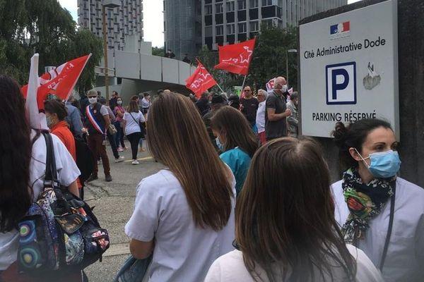 La mobilisation a débuté devant l'antenne de l'ARS (l'Agence régionale de santé) à Grenoble