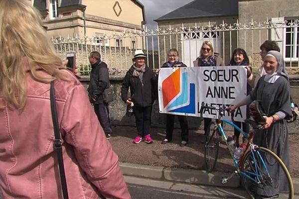 Soeur Anne Laëtitia, championne de France du clergé et ses supporters