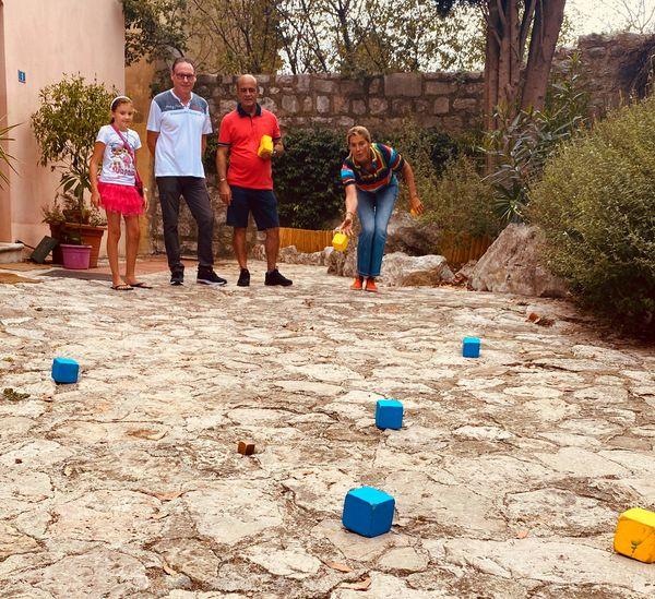 Nathalie Simon s'initie à la pétanque avec des boules carrées à Èze. A voir dans Chroniques Méditerranéennes, dimanche 4 avril à 12h55 sur France 3 Côte d'Azur et France 3 Provence-Alpes