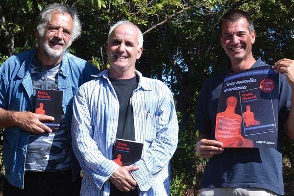 De gauche à droite, Xavier Casanova,  Petr'Antò Scolca et Eric Daveux des éditions Amjele à  Ghisonaccia, le 26 septembre 2013
