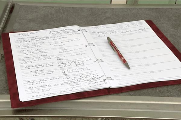 Un registre a été ouvert pour permettre aux habitants d'Uzerche de laisser leurs condoléances