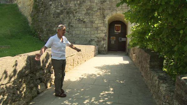 Alain Giresse devant le château de Langoiran qu'il n'avait jamais pu visiter