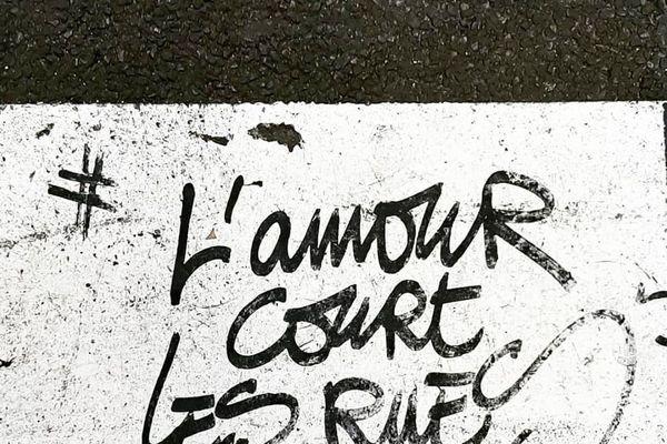 Le graffiti du photographe Wilfrid A. situé dans le quartier de Montmartre à Paris. L'auteur est accusé de viols.