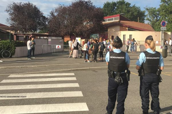 Des gendarmes lors de la rentrée ce jeudi devant un établissement de Haute-Garonne