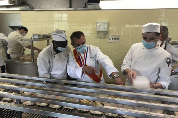 Rémy Giraud, ancien chef deux étoiles Michelin, a initié cette opération de solidarité : les apprentis cuisinent pour les étudiants