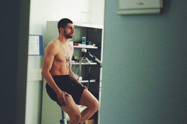 Photo de Stefan Mitrovic passant des examens médicaux, postée sur le compte Twitter de l'ASSE Officiel le 5 janvier