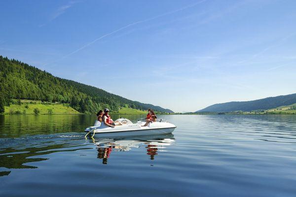 Dans les moyennes montagnes de Franche-Comté, le lac des Rousses plonge les touristes venus en paddle ou en pédalos dans la nature calme et apaisante du Haut-Jura.