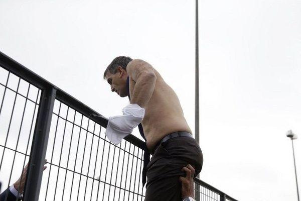 Le directeur des ressources humaines d'Air France, Xavier Broseta, quitte le siège de la compagnie en escaladant une barrière à Roissy (Val d'Oise), le 5 octobre 2015.