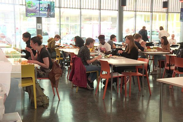 Les repas servis dans les restaurants universitaires sont deux fois plus nombreux le soir que l'an dernier à la même époque.
