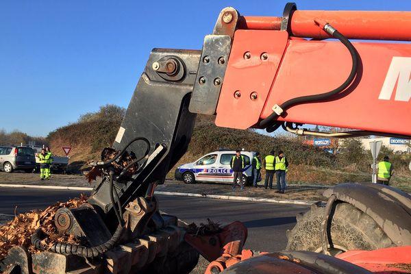 La police a demandé aux gilets jaunes d'évacuer le rond-point de Family-Village, à Limoges, mercredi 21 novembre, à 9 h 30 puis les employés de Limoges Métropole ont débarrassé les amas de palettes et de pneus.