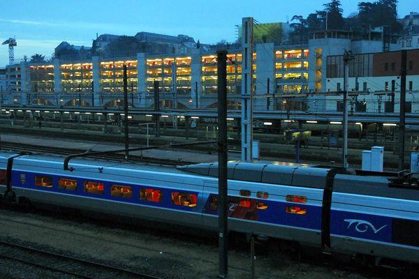 Un TGV à l'arrêt en gare de Poitiers (86).