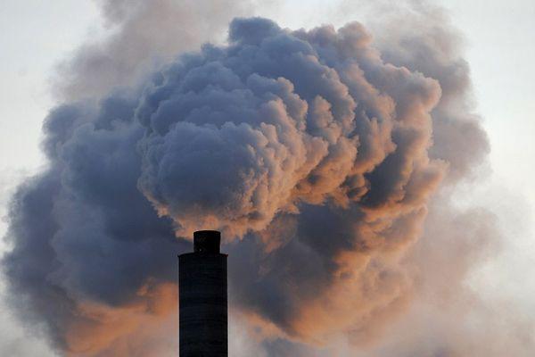 - Photo d'illustration - Une cheminée industrielle rejette une épaisse fumée