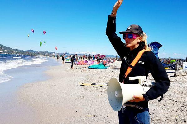 Philippine Médeau observe le comportement des kitesurfeurs et utilise la sirène pour signaler les prises de risques.