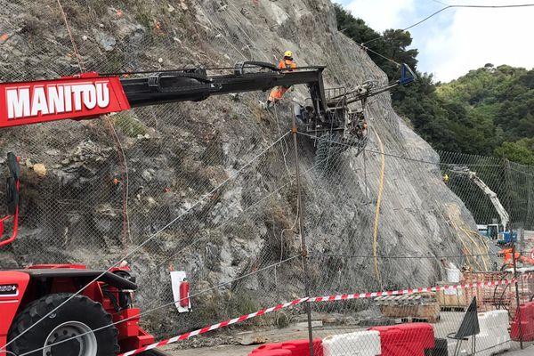 Route de Menton à Sospel : un chantier d'envergure pour les ouvriers cordistes.