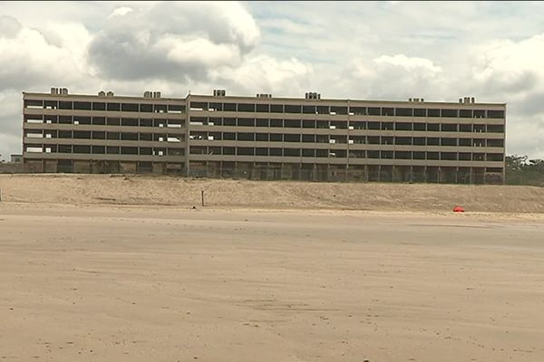Le trait de côte a reculé de 37 mètres en 2013 devant l'immeuble Le signal, construit en front de mer à Soulac-sur-Mer.