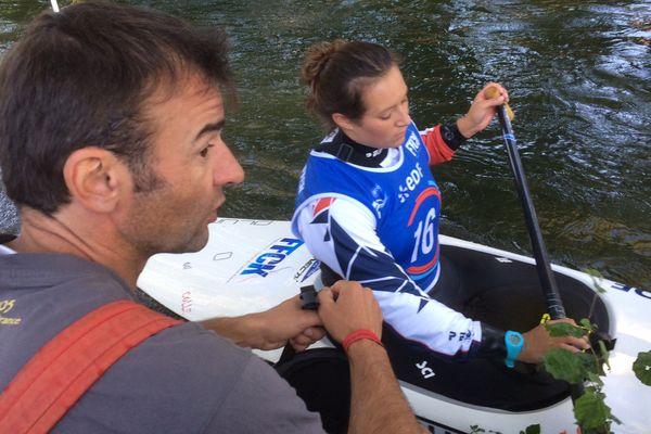 Lucie Prioux et son entraîneur Marc Brossard à quelques heures du départ de la demi-finale Slalom aux mondiaux de canoë-kayak de Pau.