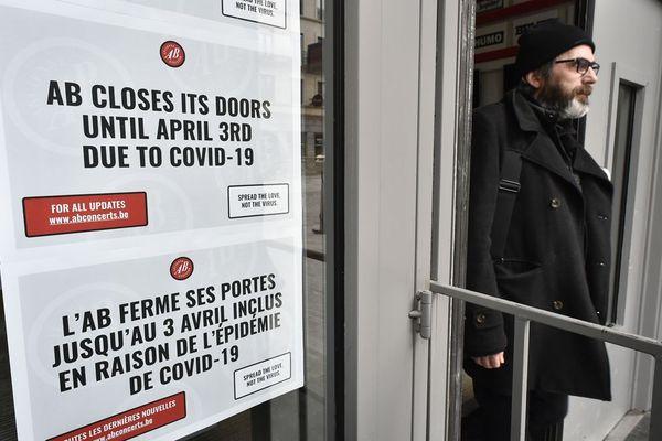 Une affiche à l'entrée d'une salle de concert à Bruxelles