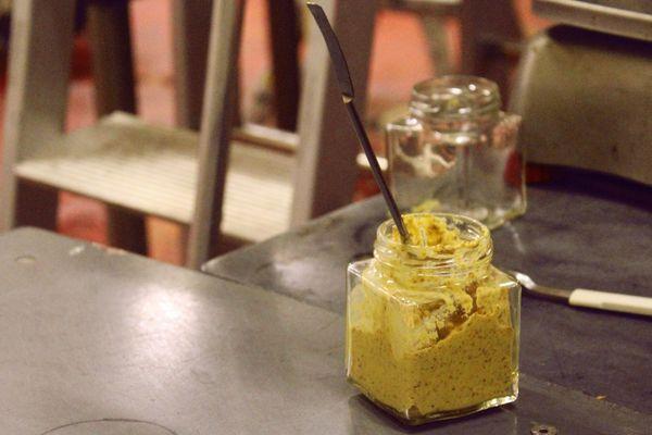 La moutarde Martin Pouret, tout juste mise en pot.