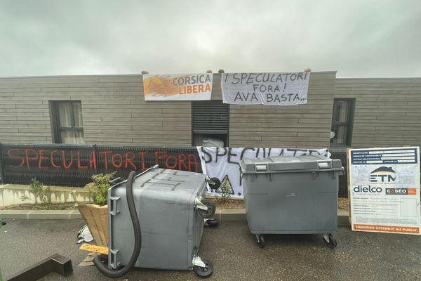 """Sur les banderoles accrochées sur la façade de l'hôtel est écrit : """"I speculatori fora ! Ava Basta ..."""""""
