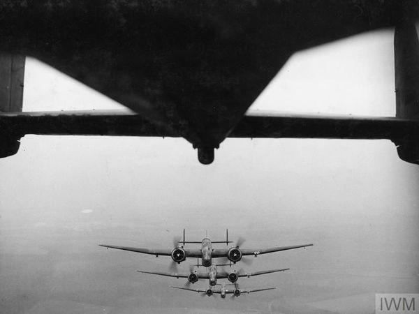"""Des bombardiers britanniques Handley Page Hampden photographiés en 1940. Certains de ces appareils furent utilisés pour attaquer les ports français de la Manche et de la Mer du Nord pendant les préparatifs de l'Opération """"Seelöwe"""" en septembre 1940."""