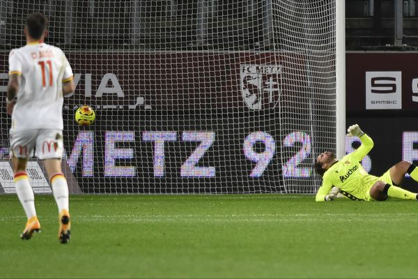 Jean-Louis Leca, le gardien du RC Lens, après le premier but encaissé face à Metz. Les Sang et Or se sont inclinés 2 à 0.