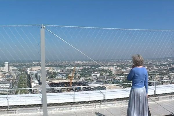 Depuis ce jeudi, il est de nouveau possible d'accéder au toit de l'Arche de la Défense et de sa vue à 360° sur Paris et ses environs.