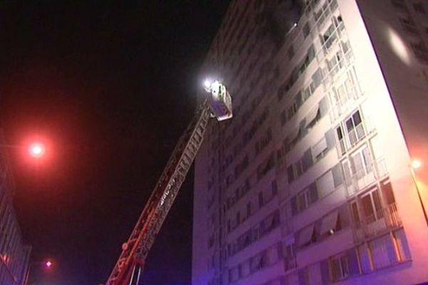Tours : incendie dans un immeuble des Rives du Cher. D'importants moyens de secours ont été dépêchés sur place pour évacuer les étages inférieurs et confiner les occupants. 17 mars 2015