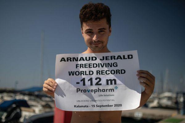 L'apnéiste marseillais Arnaud Jerald a battu le deuxième record du monde de sa jeune carrière dans le sud du Péloponnèse ce mardi 15 septembre. Il est descendu à 112 m de profondeur en bi-palmes au cours d'une plongée en apnée de 3 minutes 24 secondes.