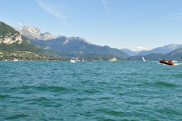 Le lac d'Annecy en été.