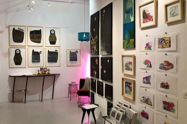 L'intérieur de la boutique avec les oeuvres exposées.