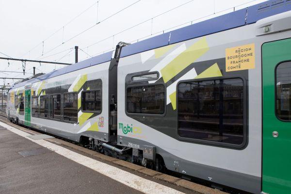 En gare de Dijon-Ville, présentation d'une nouvelle rame de la SNCF TER Régiolis Alstom aux couleurs du Conseil Régional de Bourgogne-Franche-Comté avec la marque Mobigo (01/03/2019 - photo d'illustration)