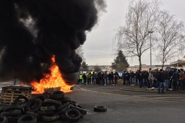 Des salariés de l'entreprise de pneus, Dunlop, à Montluçon (Allier) sont en grève depuis jeudi 31 janvier. Plus de 200 personnes étaient devant l'usine dès la prise de service.