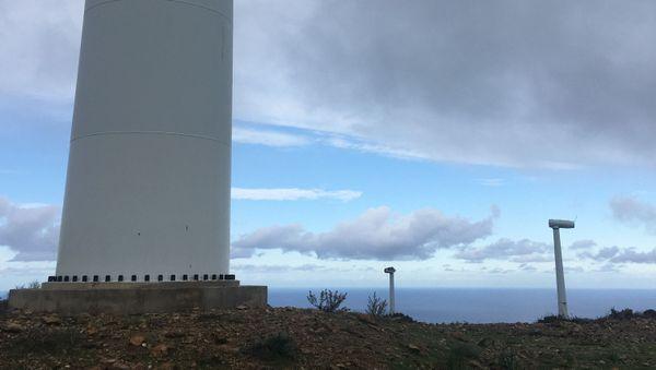 Les 20 anciennes machines, technologiquement dépassées, ont depuis cette photo été entièrement démantelées, et seront bientôt remplacées par 13 nouvelles éoliennes, plus performantes.