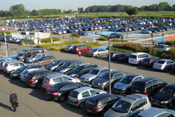 Cette start-up propose un parking à quelques minutes de l'aéroport mais aussi des services comme la vidange du véhicule.