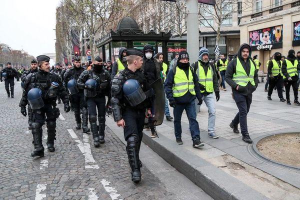 Des manifestants gilets jaunes lors d'une manifestation en décembre 2018 sur les Champs-Elysées à Paris.
