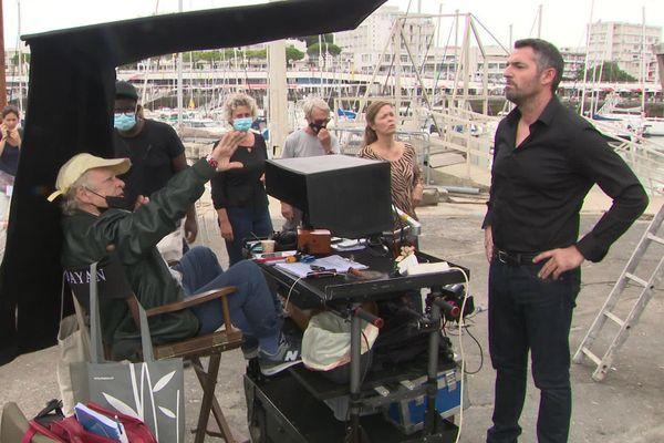 La réalisatrice Josée Dayan (à gauche) donne ses instructions à Arnaud Ducret (à droite) avant le tournage d'une scène de Capitaine Marleau sur le port de Royan (Charente-Maritime).