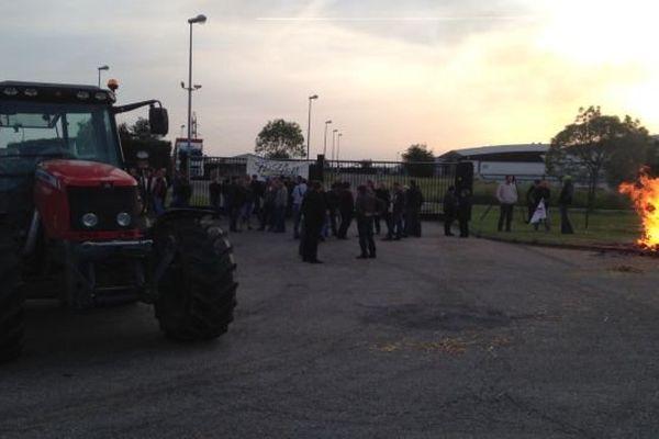 Le blocage de l'abattoir Bigard a tout d'un avertissement avant la table-ronde prévue au ministère de l'agriculture dans l'après-midi de ce mardi 12 mai 2015