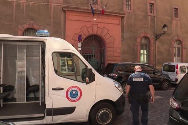 Une cinquantaine de policiers était sur les lieux.
