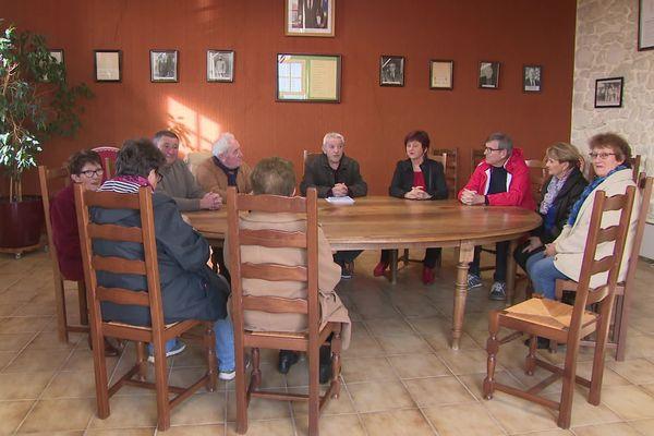 Le maire de Ruch en Gironde, Jean-Claude Combret, entouré de son équipe municipale.