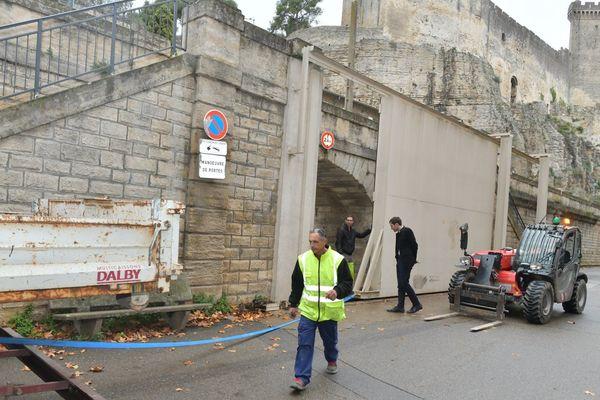 Beaucaire (Gard) se prépare à la crue du Rhône en fermant les portes des remparts