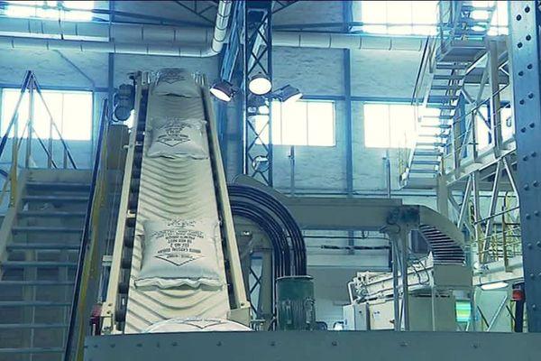 Les sacs de sucre sur la chaine de l'usine de Fontaine-le-Dun
