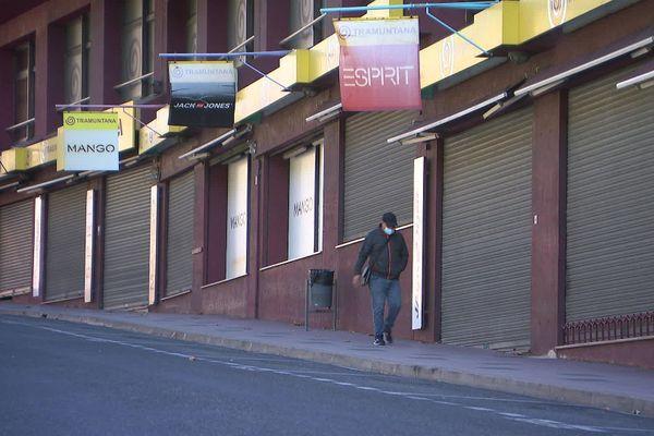 Faute de clients, de nombreux petits commerces restent fermés au Perthus.