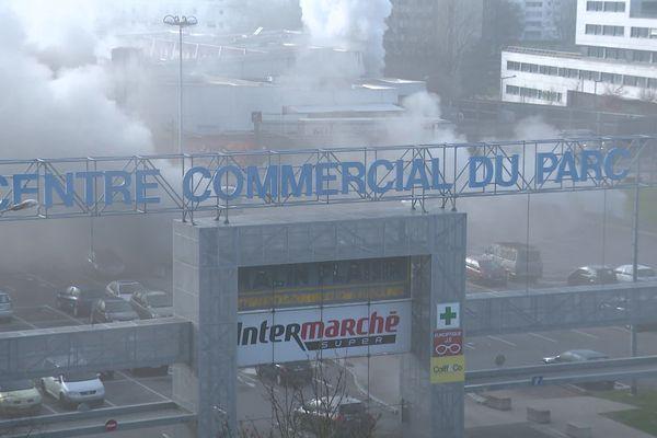 Le feu a pris dans le parking souterrain situé sous cette zone commerciale à Besançon.