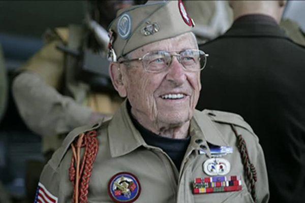 Gene A Cook est un vétéran américain qui a participé à la campagne européenne lors de la seconde guerre mondiale. Problème : il disait avoir sauté en parachute en Normandie le Jour J