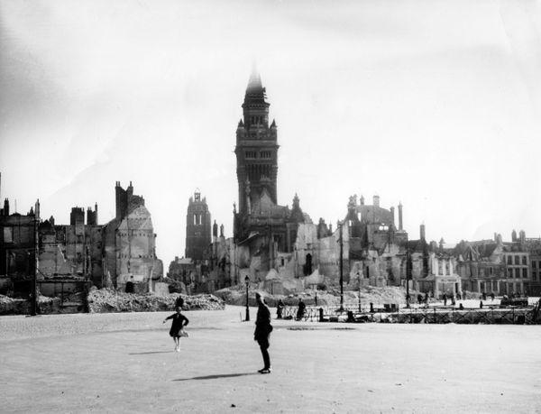 Dunkerque en ruine après les bombardements allemands de mai/juin 1940. Le Beffroi et l'Hôtel de Ville, en arrière-plan, ont tenu.